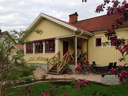 """Lars & Maria Ekström i Sävsjö, vi är jättenöjda med vårt """"nya"""" hus och fönstren är så fina så jag behöver inte ens gardiner längre!"""